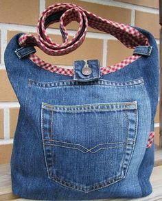 Satte saxen i ett par gamla jeans Och slutresultatet blev en axelväska, framifrån ser den ut såhär........ .............och ba...