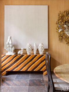 Фрагмент столовой. Шкаф по дизайну Жана Руайера 1950 года. На нем предметы из серии Nature Study Луизы Буржуа, скульптура Ханса Арпа и серия керамики Сандры Даволио.