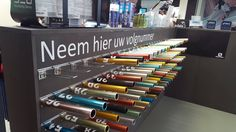Runner's Service Lab Relay Race Baton estafette volgnummer. Waiting in line in a sporting goods store.