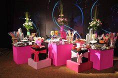 mesa decorada colores modernos lila azul combinación decoración catering bebidas evento 15 años