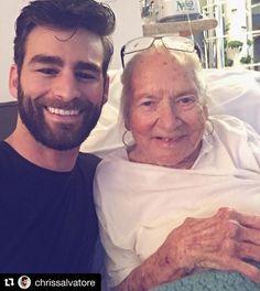 """Que história bonita! Esse jovem ator """"deu um tempo na carreira"""" para cuidar da vizinha de 89 anos que convalesce de um câncer. Quando Chris foi morar na frente da casa dela Norma o recebeu com uma taça de champanhe. A amizade começou ali e agora tem jeito de família - uma família que poucos idosos têm! #razoesparaacreditar #idosos #maisamorsemfavor #agentenaoquersocomida #avidaquer @avidaquer por @samegui  #Repost @chrissalvatore  I hope this little update will bring some sunshine to your…"""
