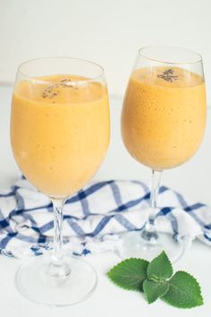 Make this delicious, super quick, and nutritious Vegan Papaya Banana smoothie recipe for a post workout meal or as a smoothie breakfast! Papaya Recipes, Vegan Smoothie Recipes, Smoothie Recipes For Kids, Breakfast Smoothie Recipes, Smoothies For Kids, Papaya Banana Smoothie, Smoothie Diet, Papaya Health Benefits, Post Workout Food