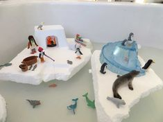 Watertafel bij thema Noordpool en Zuidpool, kleuteridee.nl Winter Activities, Activities For Kids, Diy For Kids, Crafts For Kids, Winter Thema, Artic Animals, Polo Norte, Tuff Tray, Small World Play