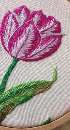 salvo de Il mio Paradiso del ricami Hand Embroidery Videos, Embroidery Works, Simple Embroidery, Embroidery Hoop Art, Crewel Embroidery, Cross Stitch Embroidery, Flower Embroidery Designs, Embroidery Patterns, Long And Short Stitch