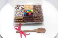 Mini bar de brigadeiro. 6 opções de confeitos. IG: @potipoti_brigadeiria Pizza Cones, Rainbow Snacks, Valentine Baskets, Love Is Sweet, Diy Food, E Design, Little Gifts, Biscuits, Food And Drink