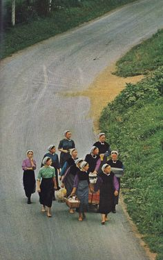 Nat Geo 1965 Amish Girls with picnic baskets and a wagon