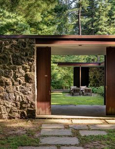 The wonderfully rustic modern of the fieldstone home Noyes House II located in New Canaan, Connecticut and designed by architect Eliot… Wooden Architecture, Interior Architecture, Sustainable Architecture, Residential Architecture, Casa Patio, Design Exterior, Courtyard House, Stone Houses, Home Pictures