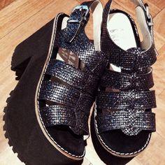 Sandalia plataforma negra. verano 2015 Platform Shoes Heels, Black Platform, Top Shoes, Cute Shoes, Wedge Shoes, Me Too Shoes, Dress Shoes, Huarache, Party Shoes