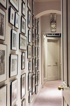 Hallway with black and white photo wall - Couloir avec mur de photos noir et blanc White Photo Frames, Black And White Photo Wall, Picture Frames, Picture Walls, Black Frames, Black White, Hanging Pictures On The Wall, Hanging Photos, Hang Pictures