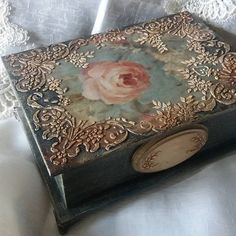 Decoupage Suitcase, Decoupage Furniture, Decoupage Box, Decoupage Vintage, Painted Wooden Boxes, Hand Painted, Altered Cigar Boxes, Idee Diy, Vintage Box