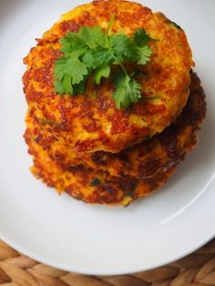 Porkkana-halloumipihvit – Pippurimylly Veggie Recipes, Vegetarian Recipes, Cooking Recipes, Healthy Recipes, I Love Food, Good Food, Yummy Food, Vegetarian Chili Crock Pot, Salty Foods