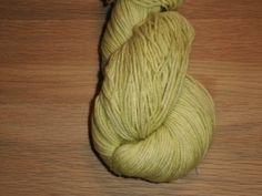 Lime - Håndfarvet Mellemtykt Garn I Superwash Merino.  Håndfarvet garn i en meget  levende og rigtig smuk lime farve.