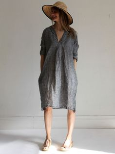 10 Reasons why the tunic is a must for every wardrobe CP Shades! I haven't heard about them since the mid Well, they're back and with this oversized and relaxed tunic it seems they're as stylish as ever. (Image via Shop Pretty Mommy. Linen Dress Pattern, Linen Tunic Dress, Tunic Pattern, Dress Sewing Patterns, Linen Dresses, Skirt Sewing, Simple Dress Pattern, Tunic Dresses, Pattern Sewing