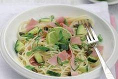 Špagety se šunkou, zeleninou, limetkami a bylinkami