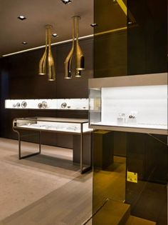 Located on Milan's expensive Via Montenapoleone street, the exquisite Faraone jewellery boutique showcases precious materials arranged in such a way as to create a feeling of luxurious, almos… Jewellery Shop Design, Jewelry Shop, Jewelry Stores, Luxury Jewelry, Modern Jewelry, Jewellery Displays, Showroom Interior Design, Luxury Store, Retail Store Design