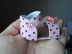 Lindas sandálias feitas em EVA medindo 7 cm.  Excelente opção para lembrancinha de chá de bebê ou lembrancinha maternidade. Etiqueta com o nome do bebê colada dentro do sapatinho já inclusa no valor.  Para incluir tag personalizada + saquinho de celofane + fitinha de cetim combinando + imã ou...