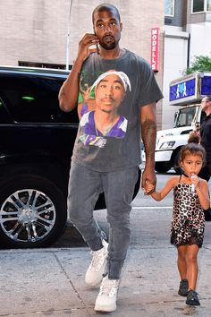 Kanye West with daughter North Look Book Photos Kanye West Photo, Kanye West Style, Mode Masculine, Urban Dresses, Urban Outfits, Denim Urban, Gq, Kanye West Outfits, Kanye West Fashion