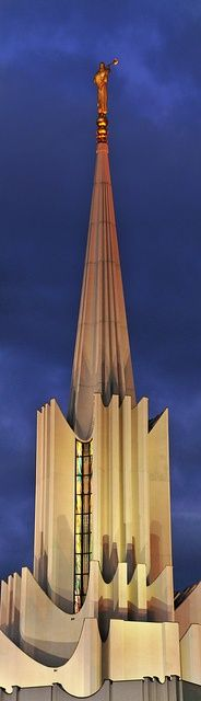Jordan River Utah LDS Temple – This is where Tamara and I were married about 17 years ago. Religious Architecture, Church Architecture, Unique Architecture, Utah Temples, Lds Temples, Interesting Buildings, Amazing Buildings, Frank Gehry, Palaces