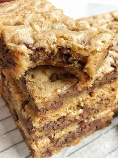 Chocolate chip cookie blondie bars are a chewy cookie bar loaded with chocolate chips and the best dessert! These bars bake in one pan and are so simple to make. They bake up perfectly sweet Chocolate Chip Pan Cookies, Chocolate Chip Blondies, Chocolate Chip Recipes, Chocolate Chip Oatmeal, Oatmeal Bars, Chocolate Bars, White Chocolate, Fun Desserts, Delicious Desserts