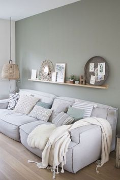 SCANDIMAGDECO Internet-Tagebuch: Inspiration deco interiors smoke gray or green water, white … Living Room Green, Home Living Room, Interior Design Living Room, Living Room Designs, Interior Decorating, Living Room Wall Colors, Gray Interior, Living Room Paint, Minimalist Home Decor