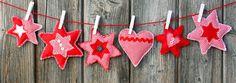 Genähte Weihnachtsdekoration aus buntem Stoff an einer roten Schnurr