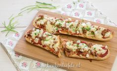 Het smaakt als een pizza, maar is net even wat anders: dit pizzabroodje bolognese maak je in een handomdraai en smaakt heerlijk als lunch of als snackje