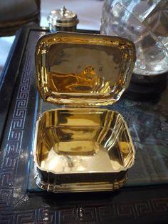 Chez Coco Chanel Les petites boîtes disposées sur la table basse étaient en fait les boîtes de beauté de Mademoiselle Chanel sur sa coiffeuse au Ritz. Ce sont des cadeaux du Duc de Westminster, avec qui elle a eu une relation dans la seconde moitié des années 1920.