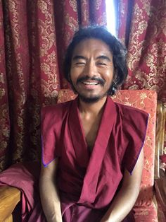 """Just watch it lightly ~ Mingyur Rinpoche http://justdharma.com/s/hfupu  Not to try to hold on to each thoughts as it arises. Whatever passes through the mind, we should just watch it come and go, lightly and without attachment, the way we'd practiced gently resting our attention on different kind of experiences.  – Mingyur Rinpoche  from the book """"The Joy of Living: Unlocking the Secret and Science of Happiness"""" ISBN: 978-0307347312…"""