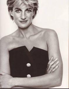 Diana, Princess of Wales - 1997 - Kensington Palace - Vanity Fair - Queen of Hearts - Photo by Mario Testino Princess Diana Death, Princess Diana Photos, Princess Of Wales, Royal Princess, Mario Testino, Lady Diana Spencer, Princesa Diana, Most Beautiful Women, Beautiful People