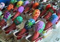 Om de sambaballen zelf te maken doe jein een ballon wat gedroogde pitten, ongekookte rijst of kleine ronde steentjes. Blaas …