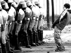 Fuck the police! Aesthetic Photo, Aesthetic Pictures, La Haine Film, Vintage Photography, Street Photography, Arte Punk, Children Of The Revolution, Arte Hip Hop, Hacker Wallpaper