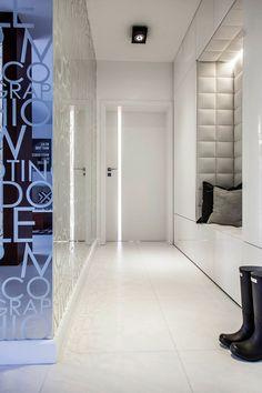 Прихожая хай-тек: секреты создания современной и функциональной входной зоны http://happymodern.ru/prixozhaya-xaj-tek/ Хорошее освещение в светлой прихожей с зеркальной стеной
