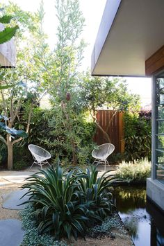 A seamless indoor-outdoor courtyard designed by Peter Fudge. Photography by Jason Busch.