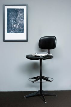 In the office the neutral tonality of gray, furnishing's frames  #frame #grey #office #cornice