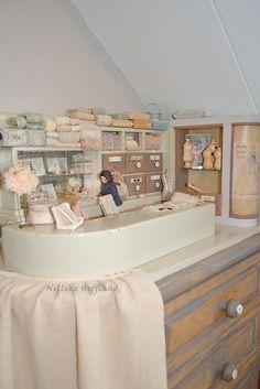 **miniatuur fournituren/kledingmakers winkeltje kleuren en details aangepast op het lade kastje eronder**
