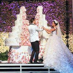 Wedding planner : Mine @pamelamansourmehanna @ramzi_mattar. Photographer : Brightlightimage @brightlightimagephotography. Wedding dress : Krikor jabotian @krikorjabotian. Wedding venue : platea #lebaneseweddings . Extreme Wedding Cakes, Huge Wedding Cakes, Extravagant Wedding Cakes, Wedding Sweets, Elegant Wedding Cakes, Elegant Cakes, Beautiful Wedding Cakes, Wedding Cake Designs, Extreme Cakes