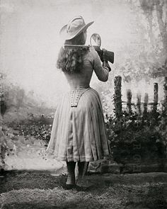 Oakley Sunglasses OFF!>> Annie Oakley shooting over her shoulder using a hand mirror - c. Annie Oakley, Vintage Cowgirl, Vintage Ladies, Vintage Posters, Vintage Photos, Vintage Photographs, Wild West Show, Mexican Outfit, Shot Photo