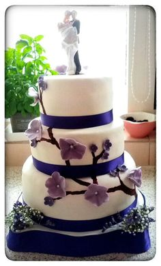 Weddingcake. Filling is creamcheesetopping with forestfruit and white chocolate.
