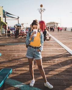 Jeans + Amarelo + Tênis branco. Instagram: @viihrocha Pic Pose, Photo Poses, Summer Pictures, Girl Pictures, Pier Santa Monica, Fashion Models, Girl Fashion, Summer Outfits, Casual Outfits