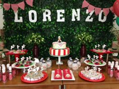 """A festa de 2 anos do Lorenzo foi com o tema: """"Pizza Party""""  Créditos: Decoração: CraftworksPaper Lembrancinhas: LittleThings Lembranças  Balões e Gás Hélio: Balão Cultura (www.balaocultura.com.br).  Assistente: Malu Bento  #balaocultura #balãocultura #craftworkpaper #festadapizza #pizza #euamopizza #decoraçãodepizza #pizzaparty #festadiferente #festainfantil #festamenino #festagourmet"""