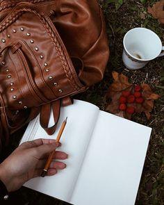 Diante de uma folha em branco e um lápis na mão, em um lugar repleto de detalhes (assim se resume a minha vida) . . . #sketchbook #drawing #picnic #park #naturephotography #nature #vscobrasil #vsco #vscocam #vsconature #autumncolors #artist #art_gallery #artgallery