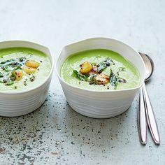 De topping van coquilles (die je ook kunt maken met rauwe, gepelde garnalen) is een extraatje dat van deze soep iets heel speciaals maakt. 1 Verhit de olie in de pan. Voeg de lente-ui, rawit, knoflook, gember, chilipeper, het komijnzaad en de...
