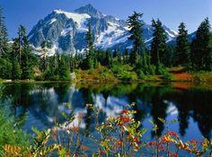 lago con montañas nevadas al fondo