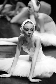 Find images and videos about ballet, dancer and ballerina on We Heart It - the app to get lost in what you love. Dance Like No One Is Watching, Just Dance, Modern Dance, Dance Movement, Ballet Beautiful, Beautiful Swan, Ballet Photography, Tiny Dancer, Swan Lake