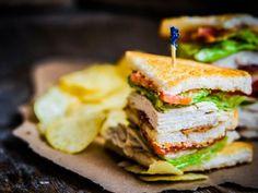 Receta de Club Sándwich | Este es el tradicional club sándwich, lo puedes preparar como desayuno, comida o cena. Es ideal para el lunch de tus hijos o cualquier ocasión. Te encantará ya que lleva pollo, jamón y queso. Una receta para toda la familia.