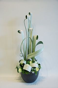 how to staple foliage designs in floral arrangements Contemporary Flower Arrangements, White Flower Arrangements, Ikebana Flower Arrangement, Arte Floral, Deco Floral, Corporate Flowers, Church Flowers, Flowers Garden, Spring Flowers