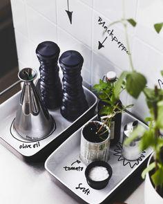 Skriv etiketter på væggen og på porcelæn med en sort pen til mærkning af f.eks. salt, peber, Etiketter behøver ikke at sidde PÅ de ting, du mærker Sophies tip: Brug en tusch, der kan vaskes af, og undgå at skrive på fugen. (Du har måske ikke altid en lille tomatplante i dit køkken). Og vælg en tusch, der passer til overfladen (i dette tilfælde fliser og stentøj). olivenolie, sukker, planter og krydderurter.