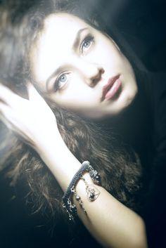 Od wieków ludzie zachwycali się ich pięknem. Wierzono, że perły to łzy bogów.Biżuteryjki zebrały je i połączyły w niesamowitą bransoletkę.