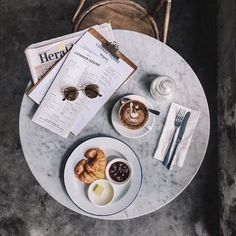 Coffee date inspo Coffee Date, Coffee Break, Morning Coffee, Coffee Mornings, Morning Breakfast, Cocoa, Latte Art, Coffee Photography, Food Photography