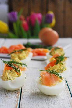Wielkanocne jajka faszerowane z łososiem, koperkiem, musztardą